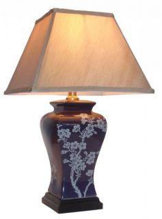Stolní keramická lampa - jemný kvítek na temně červeném podkladu.