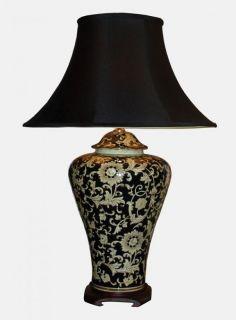 Stolní lampa s jemným květinovým vzorem na černomodrém podkladu